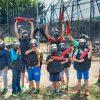 Μία παρέα παιδιών που παίζουν παιδικό paintball στήνονται για να τη φωτογραφία