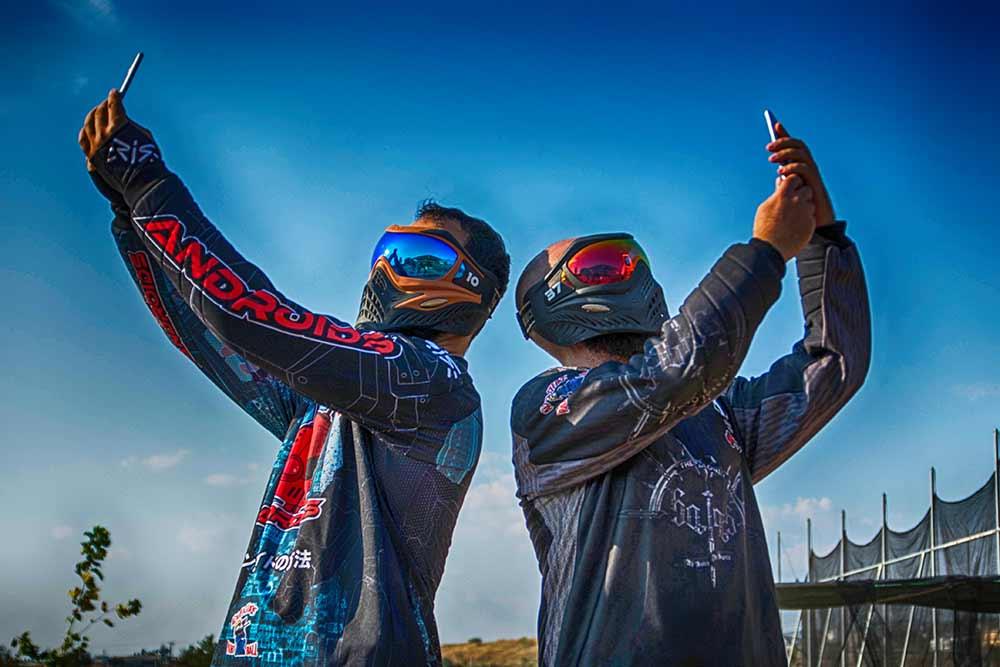 Δύο παίκτες Paintball με κινητό ψάχνουν σήμα