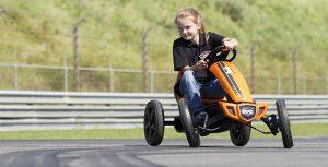 Κοριτσάκι πάνω σε πορτοκαλί πεταλοκίνητο Go Kart στη Θεσσαλονίκη