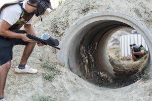 Ένας παίκτης paintball φυλάσσει την έξοδο ενός τούνελ
