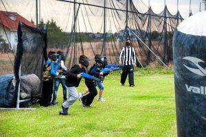 Paintball για παιδιά. Τέσσερα παιδιά ξεκινούν το παιχνίδι τρέχοντας προς τα μπροστά