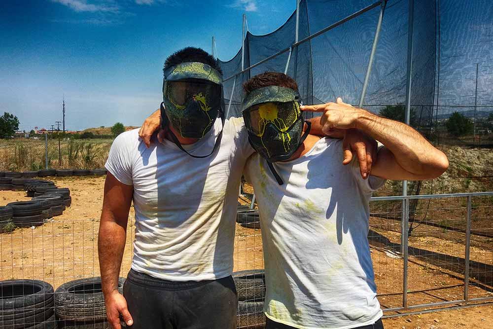 Δύο μαθητές φωτογραφίζονται με μάσκες paintball στη Θεσσαλονίκη